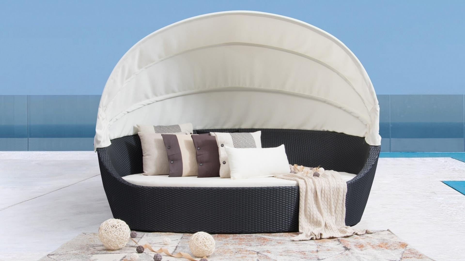 Canopy outdoor wicker daybed